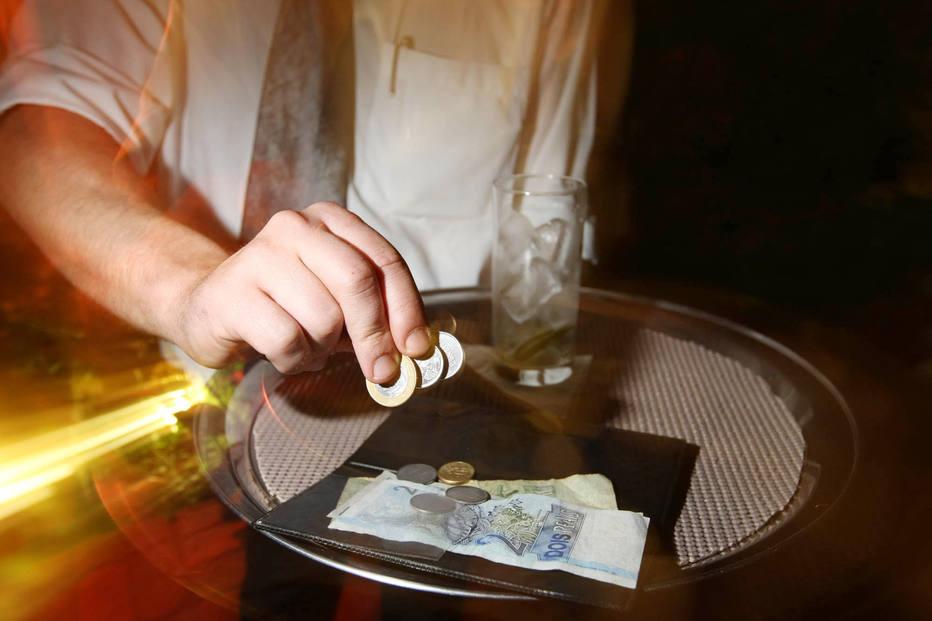 Brasil, São Paulo, SP. 05/02/2009. Detalhe de garçom recolhendo gorjeta deixada por cliente em bar de São Paulo. - Crédito:PAULO PINTO/ESTADÃO-5/2/2009